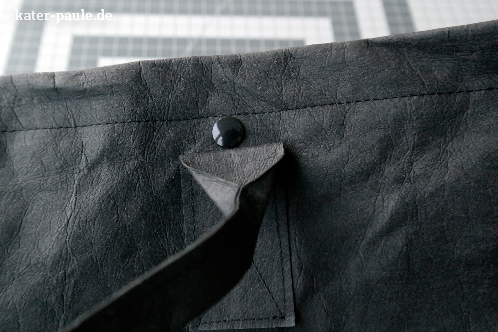 Den Saum ca. 2,5 nach innen RatzFatz Rucksack / Tutorial / Schnittmuster /Backpack / Tasche / Handmade / Herbst / DIY / Black / SnapPap Plus / SnapPap / Kater Paule / Nähgedönsund absteppen.